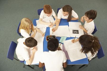 sch�ler: Draufsicht auf Schulkinder Zusammenarbeit auf Schreibtisch