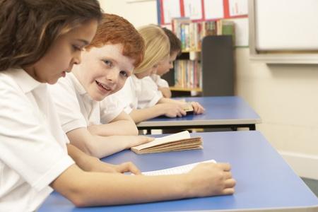 bambini che leggono: Gruppo di bambini leggere libri in aula Archivio Fotografico