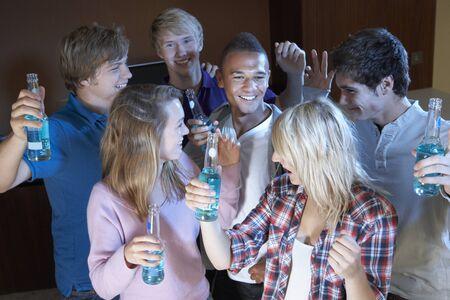 alcool: Groupe D'amis adolescentes danser et boire d'alcool