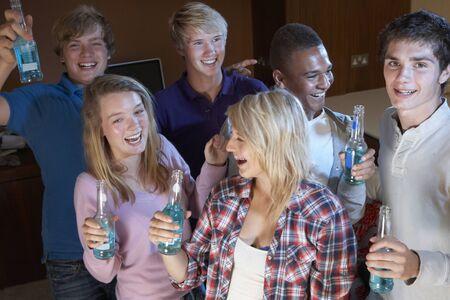 jovenes tomando alcohol: Grupo de amigos adolescentes bailando y bebiendo Alcohol