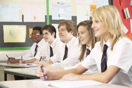 Studenti adolescenti che studiano In aula