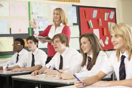 sch�ler: Teenage Studenten in Classroom Mit Teacher