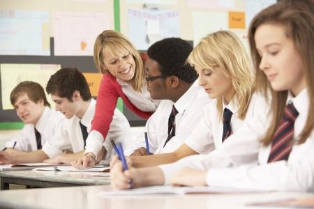 profesor alumno: Los estudiantes adolescentes que estudian en el aula con profesor