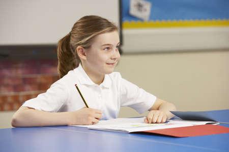 uniform school: Colegiala estudian en aulas