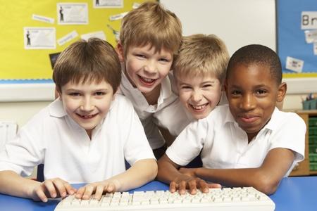 niños felices: Los escolares de clase usando los ordenadores Foto de archivo