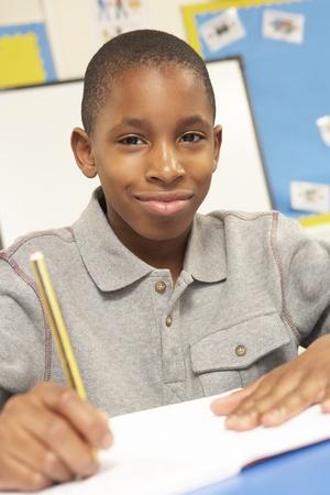 soustředění: Školák studuje ve třídě Reklamní fotografie