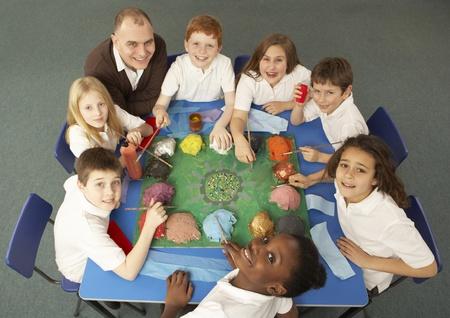 middle class: Vista aérea de escolares trabajando juntos en escritorio