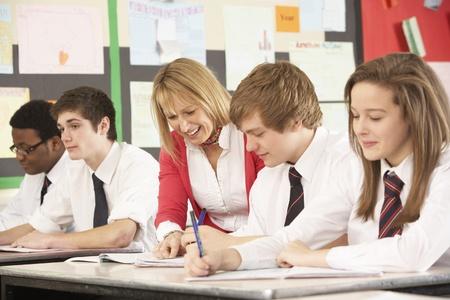 교사와 교실에서 공부하는 십 대 학생
