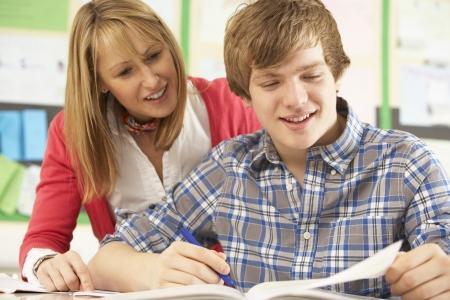 tutor: Estudiante adolescente masculino que estudia en el aula con el profesor