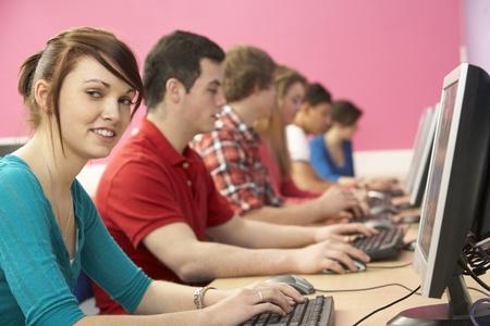 voortgezet onderwijs: Teenage Studenten In IT-Klasse Met behulp van computers in de klas