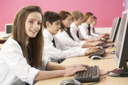 Studenti adolescenti In esso classe utilizzando computer In aula