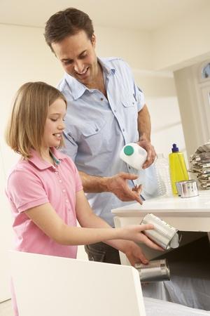 ni�os reciclando: Padre e hija reciclar residuos en casa Foto de archivo