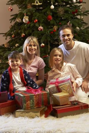 pijama: Abrir el regalo de Navidad de �rbol de familia
