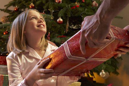 pijama: Joven recibe regalo de Navidad de �rbol
