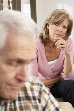 病気の夫を気遣う年配の女性