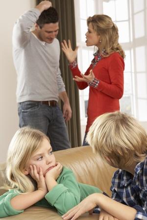 자녀 앞에서 집에서 논쟁하는 부모들