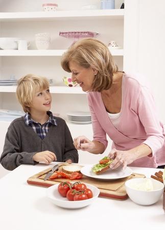 Großmutter und Enkel, die Sandwich in der Küche machen Standard-Bild - 85423623