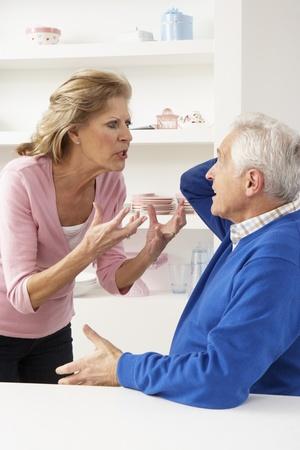 自宅で口論している年長の夫婦