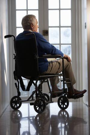 車椅子に座っている障害者シニア男性