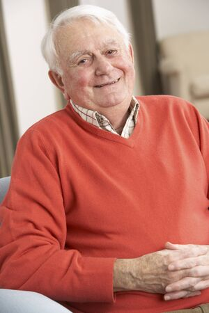 tercera edad: Senior hombre relajante en silla en casa