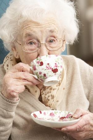 Senior Woman Tasse Tee zu Hause genießen