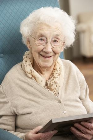 Senior vrouw kijken naar foto in Frame