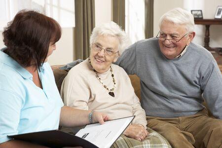 visitador medico: Pareja Senior en discusi�n con el visitante de la salud en el hogar