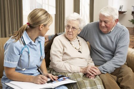 visitador medico: Pareja Senior en discusión con el visitante de la salud en el hogar