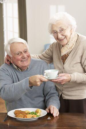 pareja comiendo: Senior pareja disfrutando de comida juntos