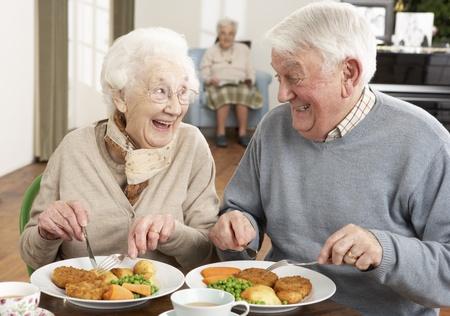 independencia: Senior pareja disfrutando de comida juntos