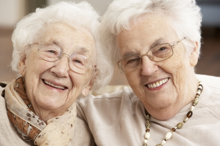 anciano feliz: Dos amigos de las mujeres mayores en guarder�as del centro