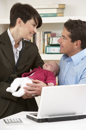 werkende moeder: Working Mother Leaving Baby With Father Who Works From Home