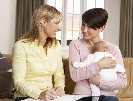 visitador medico: Madre con su beb� reci�n nacido hablando con visitantes de salud en el hogar