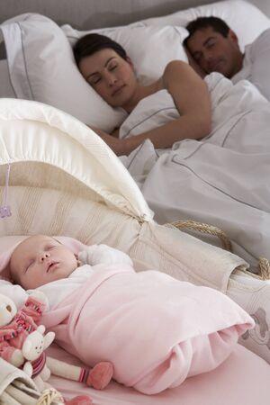 adultbaby: Neugeborenes Baby im Kinderbett im Zimmer der Eltern schlafen Lizenzfreie Bilder