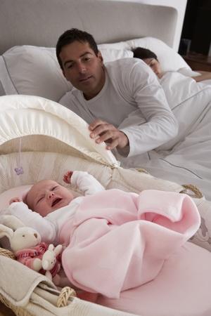 baby huilen: Pasgeboren Baby huilen In bed In de slaapkamer van de ouders