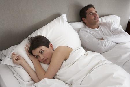 nightime: Coppia con problemi che hanno Disaccordo In Bed Archivio Fotografico