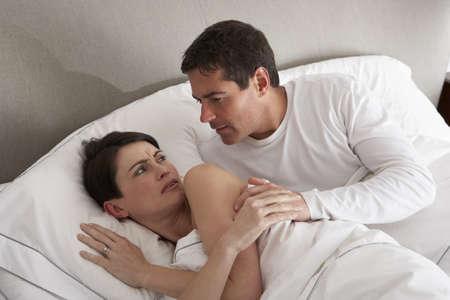 woman bed: Pareja con problemas de reproducci�n desacuerdo en la cama Foto de archivo