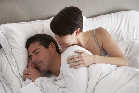 personas discutiendo: Pareja con problemas de reproducci�n desacuerdo en la cama Foto de archivo