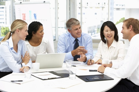 empleados trabajando: Reuni�n de negocios en una oficina
