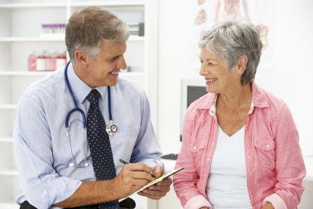 환자: 여성 환자와 의사 스톡 사진