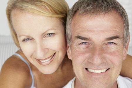pareja en casa: La edad Media la cabeza y los hombros pareja Foto de archivo