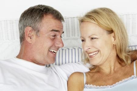 mujer en la cama: Edad media cabeza y los hombros pareja