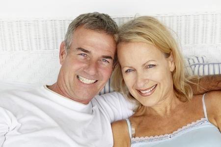 pareja en la cama: Edad media cabeza y los hombros pareja