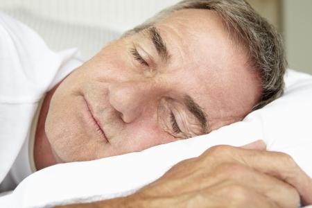 gente durmiendo: Cabeza y los hombros del hombre de edad media para dormir