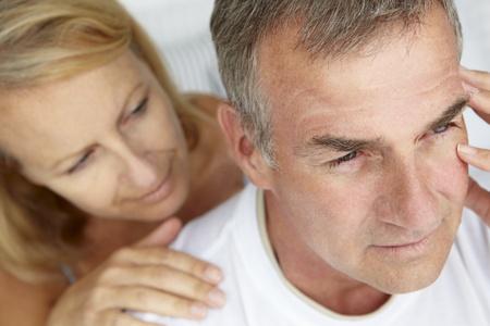 hombre preocupado: Mujer reconfortante marido impaciente Foto de archivo