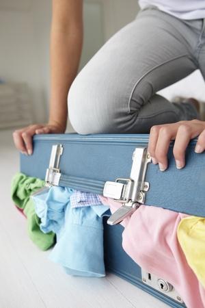 maletas de viaje: Adolescente luchando para acabar con la maleta Foto de archivo