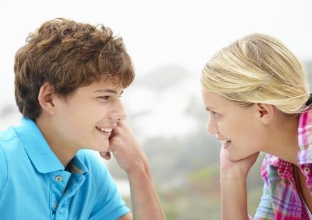 pareja de adolescentes: Adolescente y la cabeza del hombre y los hombros en el perfil Foto de archivo