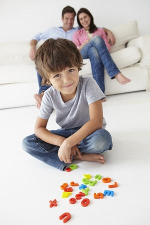 papa y mama: Los padres viendo jugar a hijo