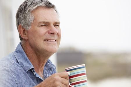 gaze: Senior man ontspannen in de buitenlucht Stockfoto
