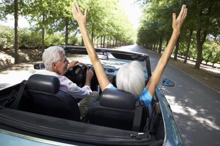 jubilados: Senior pareja en el coche de los deportes